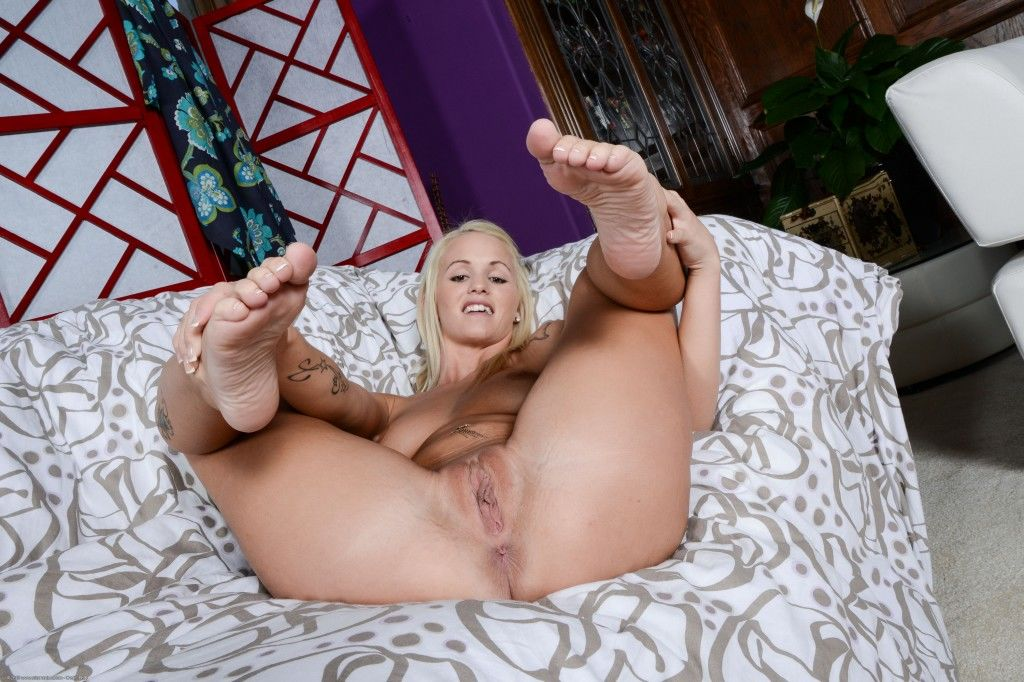 Emily Austin Turns Whitebois Into Foot Addicted Sissies